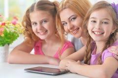 Moeder met dochters het lezen royalty-vrije stock afbeeldingen