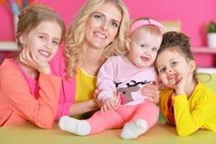 Moeder met drie dochters royalty-vrije stock foto