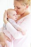 Moeder met een baby Royalty-vrije Stock Foto's