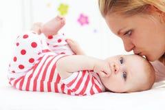 Moeder met een baby royalty-vrije stock foto