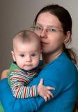 Moeder met een jonge zoon Stock Foto's