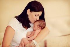 Moeder met een klein kind Royalty-vrije Stock Foto's
