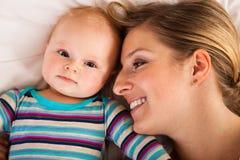 Moeder met gelukkige en leuke zuigeling Stock Foto