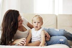 Moeder met haar baby Royalty-vrije Stock Foto's