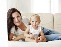 Moeder met haar baby Stock Afbeelding