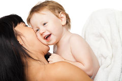 Moeder met haar baby na het baden in witte handdoek Royalty-vrije Stock Foto's