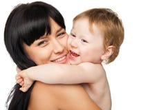 Moeder met haar baby na het baden in witte handdoek Royalty-vrije Stock Foto
