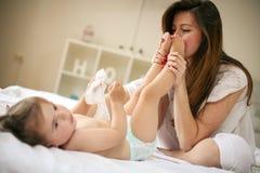 Moeder met haar baby thuis Stock Foto's