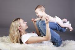 moeder met haar babyjongen Stock Foto's