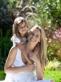 Moeder met haar Daugther in de zomer in openlucht Royalty-vrije Stock Afbeeldingen