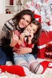 Moeder met haar kind bij Kerstmis Royalty-vrije Stock Afbeelding