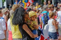 Moeder met haar kind het letten op sporten bij de Kampioenschappen van Wereldorienteering in Lausanne, Zwitserland royalty-vrije stock afbeeldingen