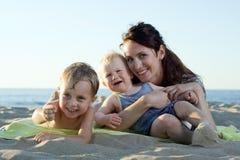 Moeder met haar kinderen. Stock Afbeelding