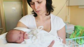 Moeder met haar leuke kleine baby, eerste uren van het nieuwe leven stock video