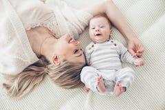 Moeder met haar 2 maand oude baby Royalty-vrije Stock Afbeeldingen