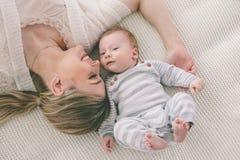 Moeder met haar 2 maand oude baby Royalty-vrije Stock Afbeelding