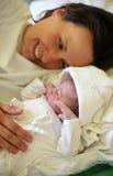 Moeder met haar pasgeboren baby Stock Fotografie