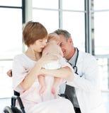 Moeder met haar pasgeboren baby en arts Stock Foto's