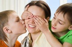 Moeder met haar twee kinderen royalty-vrije stock afbeeldingen