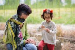 Moeder met haar weinig dochter het picnicking Stock Foto's