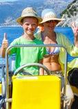 Moeder met haar zoon in een motorboot Stock Foto