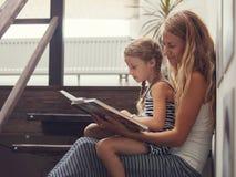 Moeder met het boek van de babylezing stock afbeeldingen