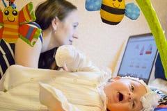 Moeder met het kind bij de computer Royalty-vrije Stock Foto's