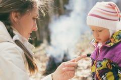 Moeder met het kind in het hout in openlucht Stock Foto