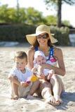 Moeder met jonge geitjes Royalty-vrije Stock Foto's