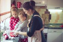 Moeder met jonge geitjes bij de keuken Royalty-vrije Stock Foto