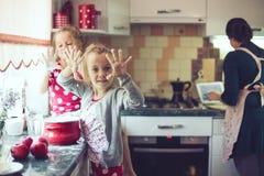 Moeder met jonge geitjes bij de keuken Royalty-vrije Stock Fotografie