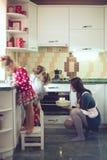 Moeder met jonge geitjes bij de keuken Royalty-vrije Stock Afbeeldingen