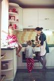 Moeder met jonge geitjes bij de keuken Royalty-vrije Stock Foto's