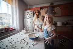 Moeder met jonge geitjes op keuken Royalty-vrije Stock Afbeelding