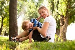 Moeder met kind in het park Royalty-vrije Stock Foto's