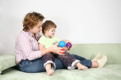 Moeder met kind op bank royalty-vrije stock foto's