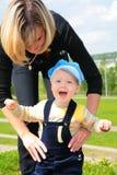 Moeder met kind op gras stock foto