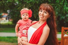 Moeder met kind op handen stock fotografie