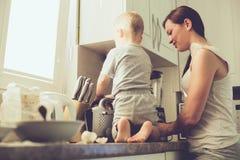 Moeder met kind samen het koken Stock Foto's