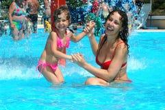 Moeder met kind in waterpool Royalty-vrije Stock Afbeelding