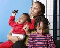 Moeder met kinderen Stock Afbeeldingen