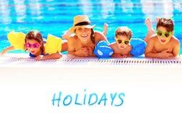Moeder met kinderen in de pool Royalty-vrije Stock Fotografie