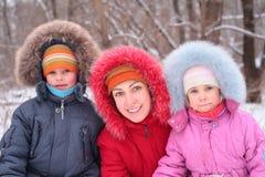 Moeder met kinderen in de winter Stock Fotografie