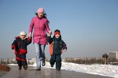 Moeder met kinderen het lopen Royalty-vrije Stock Fotografie