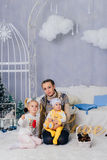 Moeder met kinderen in studiokerstmis, kinderen en familie 1 Stock Fotografie