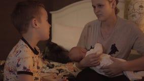 Moeder met kinderen vóór bedtijd stock footage