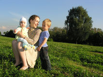 Moeder met kinderenboom stock fotografie