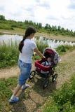 Moeder met kinderwagen stock fotografie