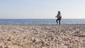 Moeder met kleine baby in haar handenspel op strand stock videobeelden