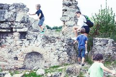 Moeder met kleine zonen die op vakantie oude colosseum, de zomertoerisme, het concept van levensstijlmensen bezoeken royalty-vrije stock afbeelding